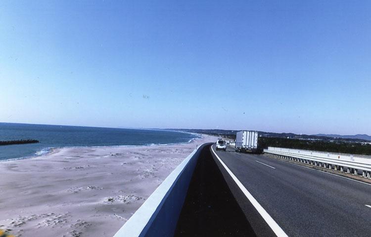 海岸線を走る、美しい浜名バイパス。スピードは出せるけど、海からの強風に要注意だョ