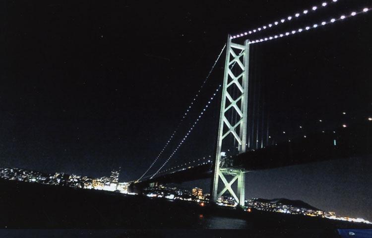 出航後30分程で世界一のつり橋、明石海峡大橋だ。その大きさと技術力にはホントにびっくりしちゃいます