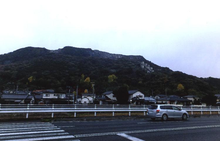 小説「青春の門」でおなじみの香原岳。炭坑の街、筑豊のシンボルなのだ。今にも山崎ハコの歌が聞こえてきそう(!?)