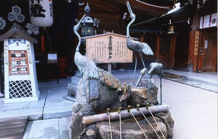 神社の境内には冷泉が湧いています。身内のことを思いつつ飲むと、御利益があります。かなりニガイけどね