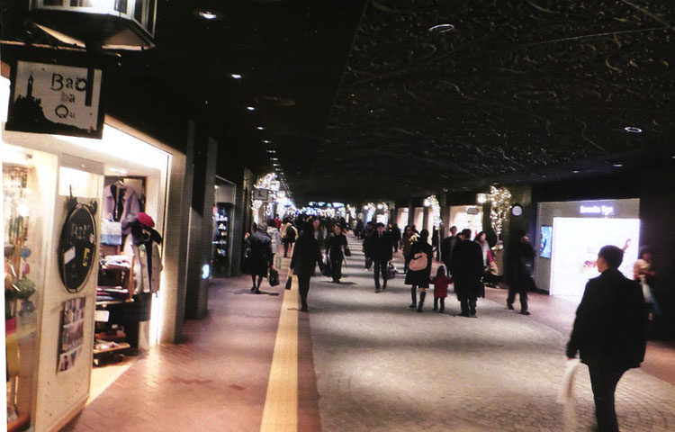「天神」は九州一のオシャレの発信基地。週末になると九州中から女の子が集まってくるのヨ。地下街もキレイだよね