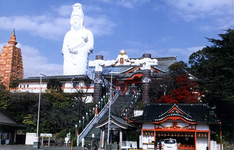 久留米成田山、慈母観音像は高さ26m(日本一)。ヒタイには直径30cmの純金の板があり、3カラットのダイヤが18個も付いているらしいよ