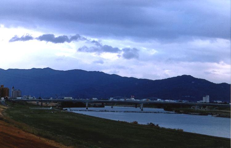 耳納(みのう)連山と筑後川が見えてくればワタシの田舎「八女」はもうすぐそこです。いやァー二泊三日は大変でしたァ〜