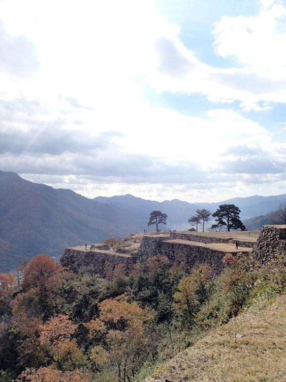 通称「東洋のマチュピチュ」と言われている竹田城跡。これは本丸付近から南千畳方面を見たところ。テレビで見かける雲上にそびえる様子は対面の山から撮影したもの