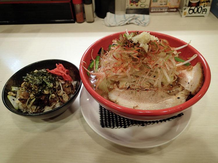 ビジネスホテル近くで発見した二郎系ラーメン屋「ドカ盛り丸十」の旨辛ラーメン(小、にんにく・野菜増し)とオリジナル豚丼(小)。まろ味のあるマイルドで濃厚なスープは、東京近郊の二郎系にはない美味さ