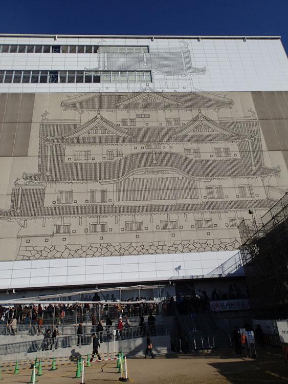 大天守閣が保存修理工事中だった姫路城。美しい城郭は拝めなかったが、大天守閣を覆うカバーにはリアルなイラストが描かれていた