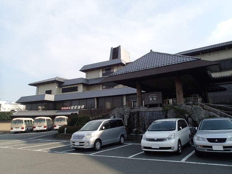 国道308号線と阪奈道路の分岐点近くにある宝来温泉「奈良パークホテル」。ホテルらしく内風呂は広々としている