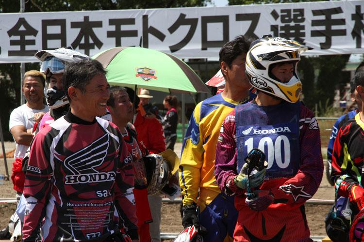 ホンダモーターサイクルジャパンの井内社長、そして東福寺さん、HRCライダーも一緒に走る