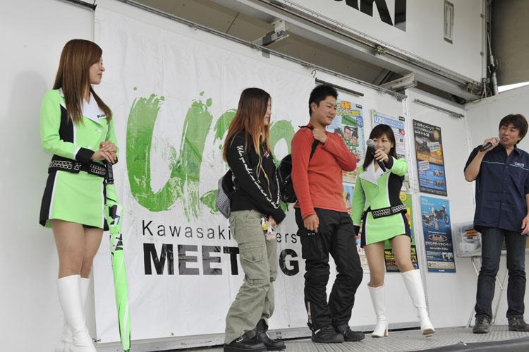 遠来賞は新潟と群馬からの来場者に渡され、また最も若い参加者の男女それぞれも壇上に上げられた。向かって右が男性の最も若い方で16歳、右が女性の最も若い人で18歳