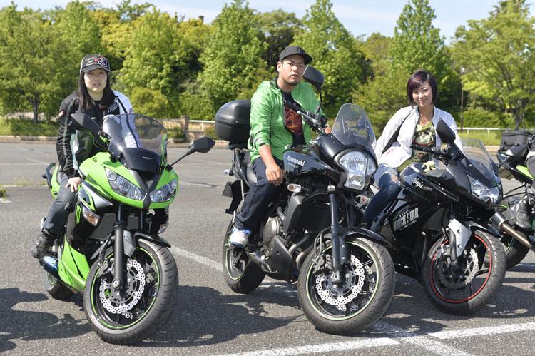向かって左から、良知晴奈さん(28)、ザキさん(24)、桑原明日香さん(28)さん。早い時間から会場に到着していた3人は、ツーリングで知り合った仲間とのこと。一緒に来たわけではないのだが、偶然にも同じような時間に会場入りになったのだそうだ
