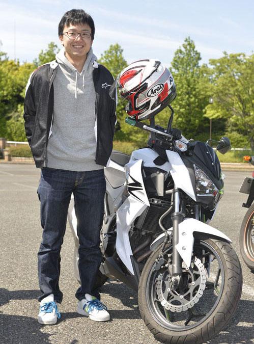 嘉村直哉さん(25)Z250 ニンジャ250と迷って、行きつけのショップで残り1台と言われて決定。このバイクがファーストバイクだそうだ。長距離を乗ると、お尻が痛くなるのが愛車に対する不満点とのことだ