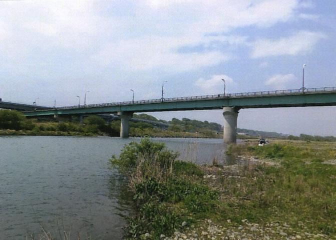 相模川。いつもはもう少し水量が多いのです。バーベキューやってる人がたくさんいたヨ