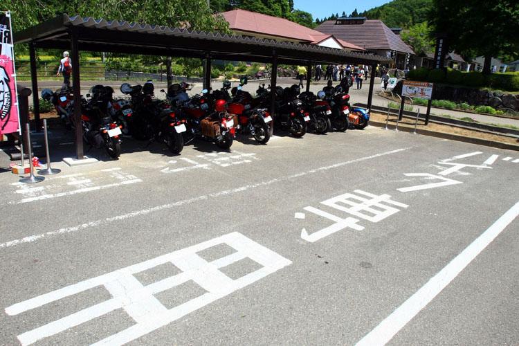 """""""ライダーズピット""""だから、バイク専用駐車場は一番良い場所だ。"""