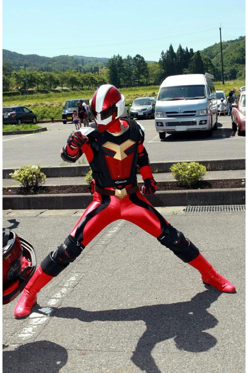 ご当地ヒーローのダルライザーがNinjaで登場!ヘルメットと赤い仮面マスクを被り替える時にチラッと見えた素顔がジャニーズ系イケメンで、レディス達から黄色い声が上がった