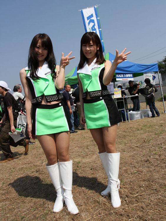 みなさん、KAZEをよろしくお願いします! KCBMにもご参加くださいね! と笑顔を振りまくKAZEギャル、吉田麻衣子さん(右)と木津愛子さん(左)。そうそう、「最初はK、は左手ですよぉ〜!」です