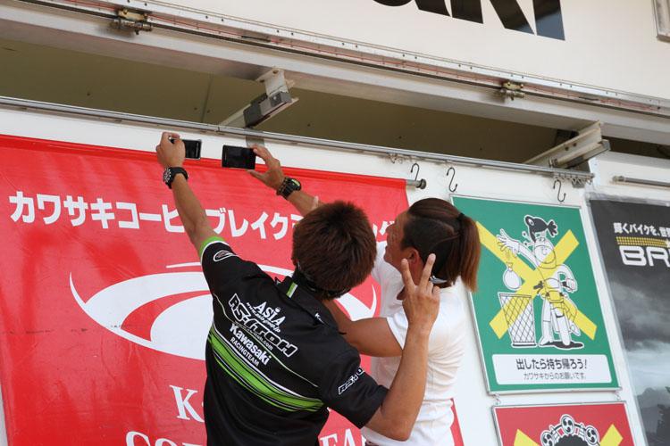 """""""最後に参加者とともに記念撮影! ステージカーの上から岡村、岩崎の両選手が、ブログやFacebook用に自撮り(笑)。"""