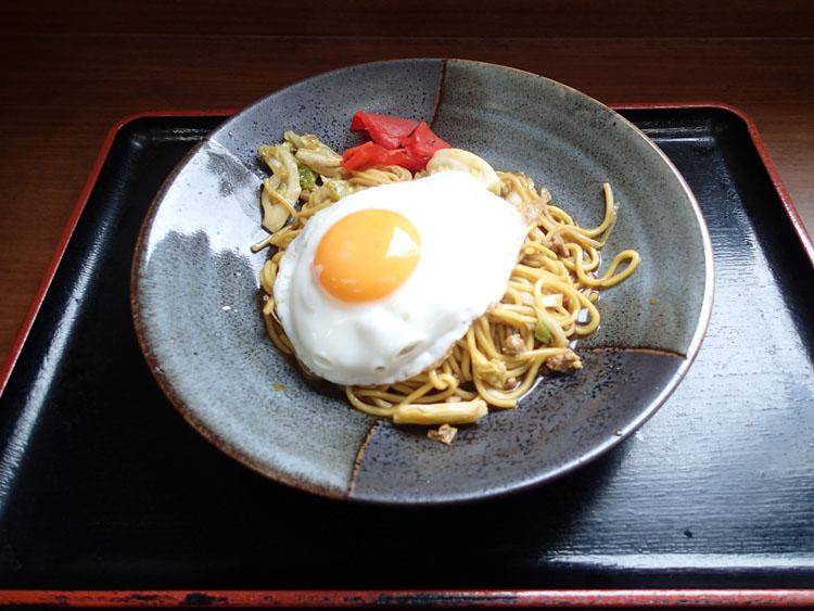 錦秋湖サービスエリアに到着して早々、とりあえず「横手やきそば」(590円)を食べる。汁気が多く、目玉焼きと福神漬けが特徴だ