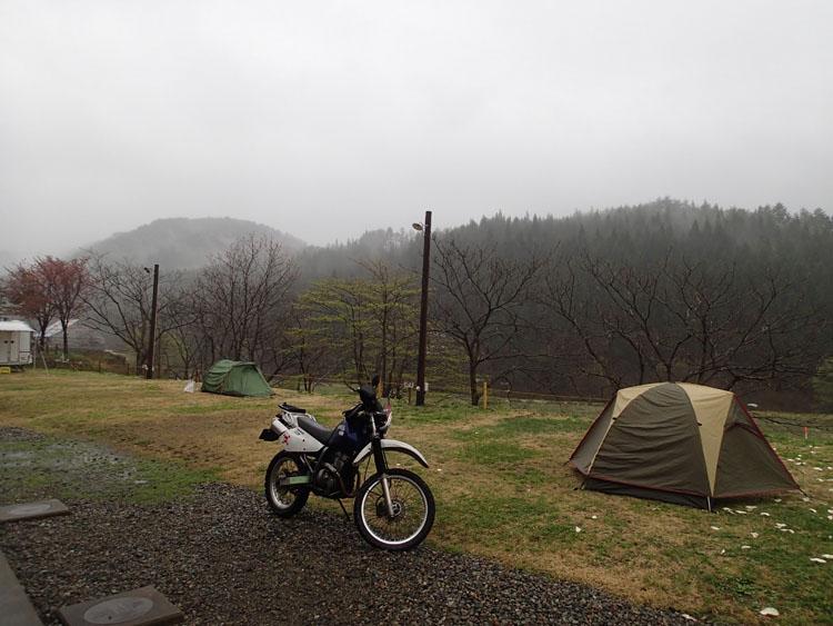 小雨交じりの2日目朝のキャンプサイトの様子。奥が集会仲間のH氏のテント。雨中のテント撤収ほど面倒なものはない