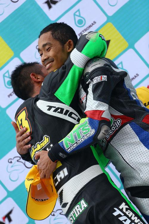 インドネシア人同士の熱い抱擁