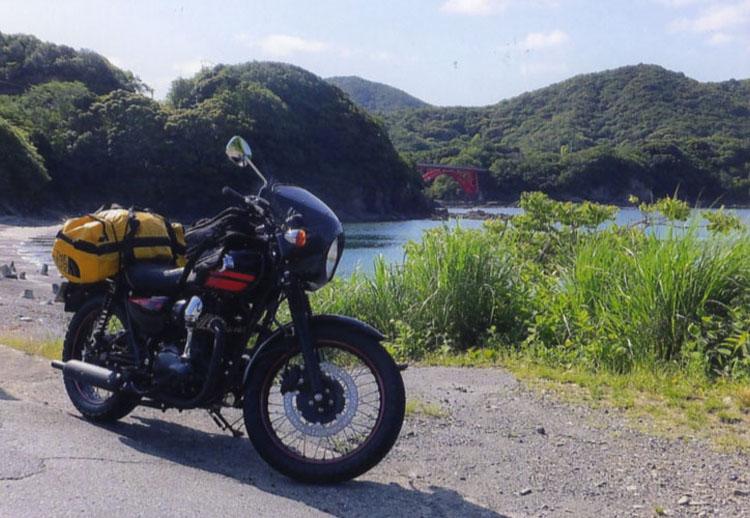 贄湾に浮かぶ赤い橋をバックにパチリ!! 砂浜でもしばし休憩し、のんびりしました