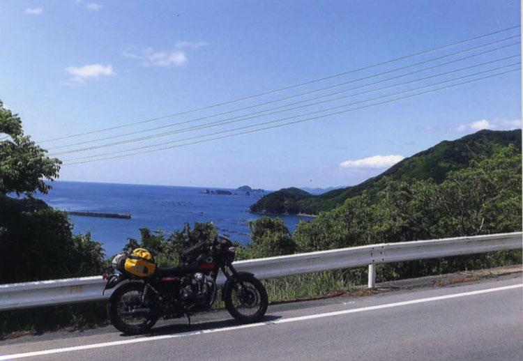 山道を登りきると、そこには、でっかい熊野灘が!! 海の色が濃くて、本当にキレイです。見とれちゃいます