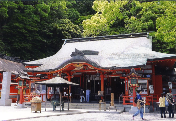 大昔から、たくさんの方が目指した熊野三山のひとつ那智大社。幽玄な雰囲気が漂っていましたよ