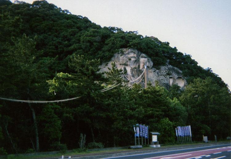 日本最古の神社といわれている花の窟神社。この岩そのものが御神体なのだ。パワースポットとしても有名らしいよ