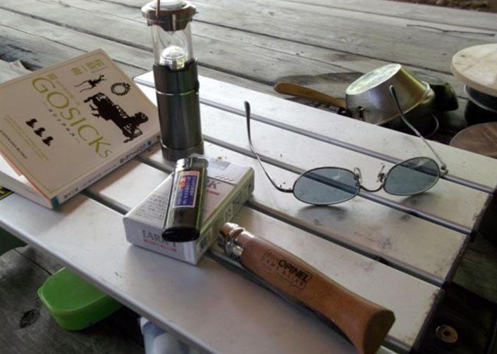 ほんの一時、ひと気のなくなった紅葉温泉で読書にふけるオレ。本当はこんな時間をずっと過ごすつもりだったんだけどねぇ