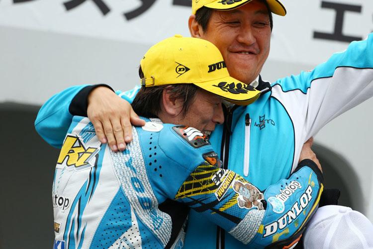 優勝した加賀山就臣選手、チーフメカの胸で号泣