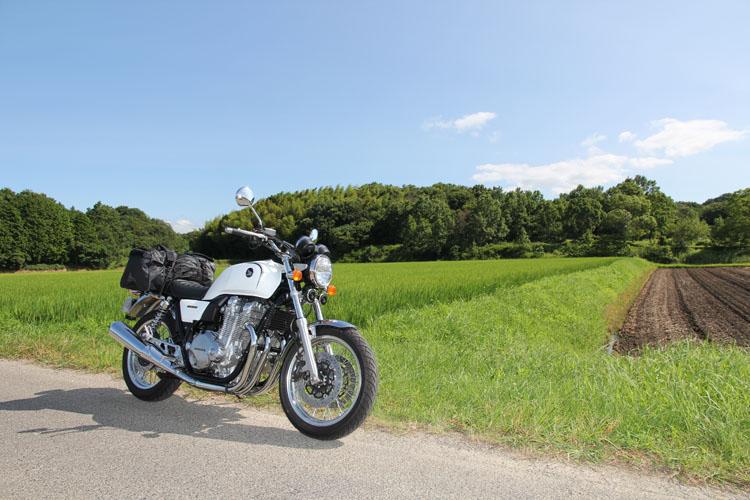 CB1100EX Eパッケージで出た夏の風探し。ふと目に泊まった田んぼの中の一本道。大きくなりつつある稲穂が垂れ始め、真夏に知る秋の到来の予感。