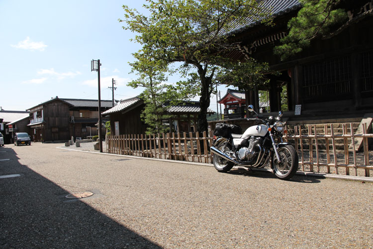旧道で出会った神社。伝統ある趣きに2014年製のレガシー封入済みモデルは見事に対峙した