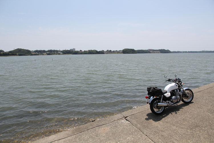 湖面にできた風紋。海に近い水面に海風が渡る