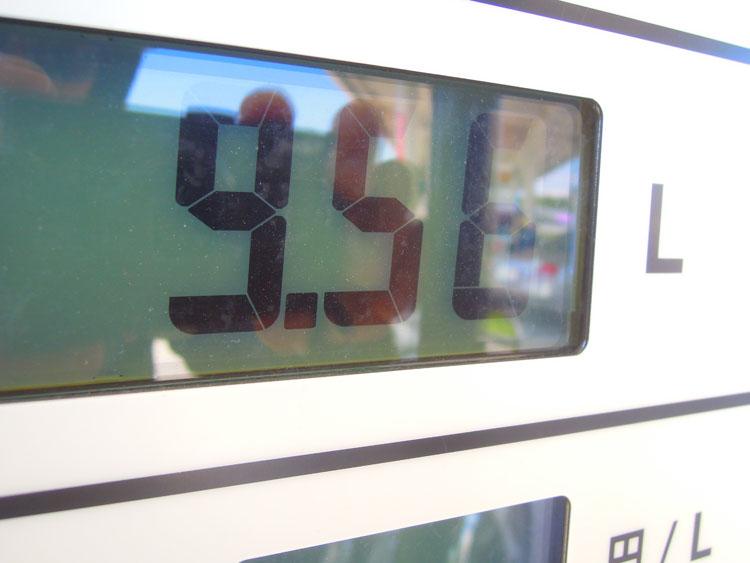 燃料流量計が9.5リットル、給油したガソリンの量が9.54リットル。ほぼ同値。他にもメーターが11.2 リットル、給油量が11.4リットル、メーターが9.4リットル、給油量が9.3リットルと、安定して常にニアピンだった