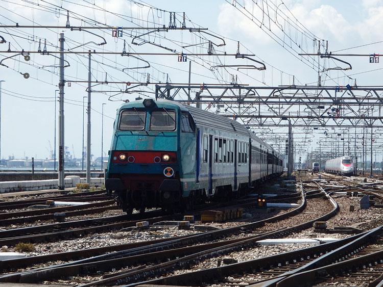 本土側のメストレからベネチアへは列車で移動
