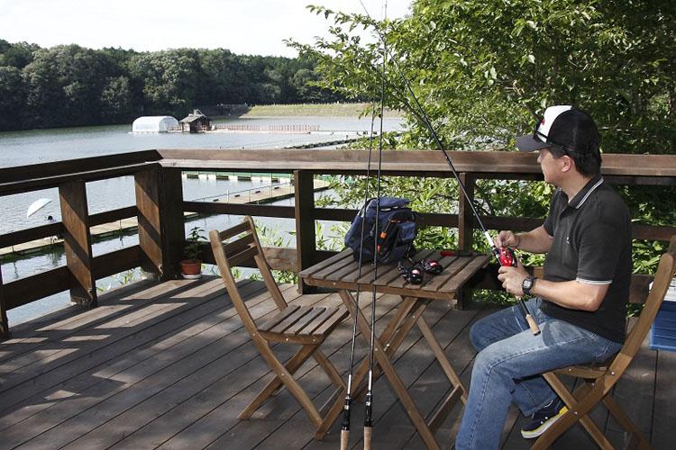 今回はSh modeで昼過ぎに府中を出発、途中ランチをしつつ宮沢湖に3時頃到着。トゥーティッキーでおいしいコーヒーを楽しみつつ、湖を眺めながらゆっくりと釣り道具の準備を楽しみ4時から実釣に備える