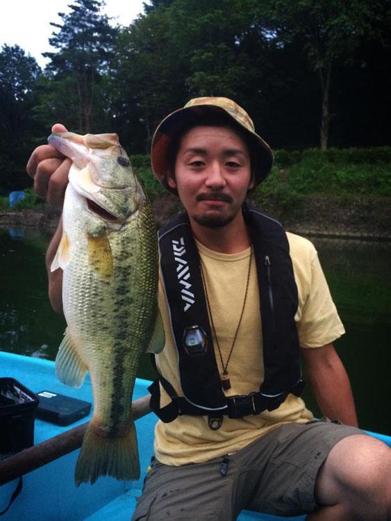 宮沢湖スタッフで超ナイスガイの細田氏、湖上でポイントやルアーチョイスなど色々お世話になりました!