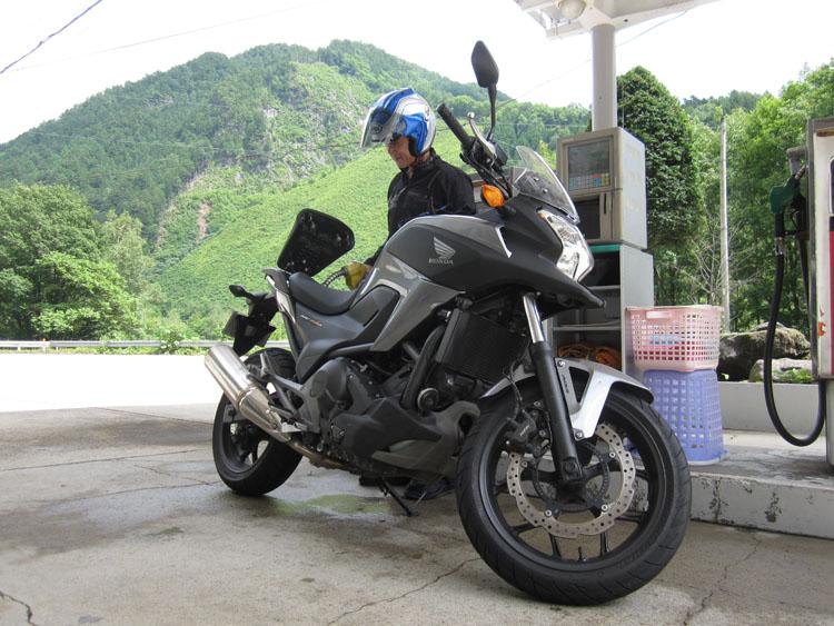 木曽~飛騨間の山中のスタンドにて、燃費計測のため自分で給油