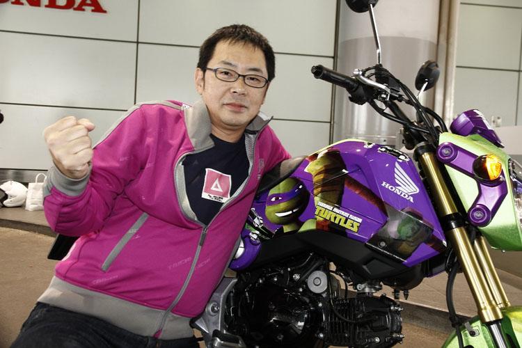 """私の相棒は「G2オブ・ザ・イヤー2013-2014」という輝かしい栄冠に輝いているグロム。今年の東京オートサロンhttp://www.m-bike.sakura.ne.jp/?p=62646などに出展された「ミュータント・タートルズ」のキャラクター・カラーが施された1台。ドナテロ(Donny)をイメージした紫の3号車。公道を走ることもあり、ショー出展時はヘッドライト部に装着されていた""""目隠し""""は取り外されていました。この特別仕様車、走っているとかなり注目を浴びました"""