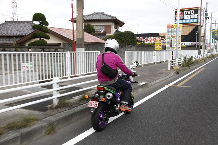 国道4号線も埼玉県に入ると法定速度も定地走行燃費と同じ60km/hに。でも、60km/hは出しません。他の交通の妨げにならないよう、左端を邪魔にならないよう走ります。DVD個室観賞の看板には目もくれず、とにかく我慢の走行が続きます