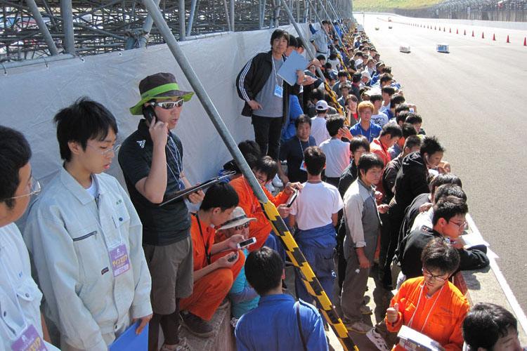 サインエリアもご覧のとおりの熱気。翌々週にMotoGPを控え、オーバルコースのピットに観客席が仮設されたことでいつもと風景が異なった