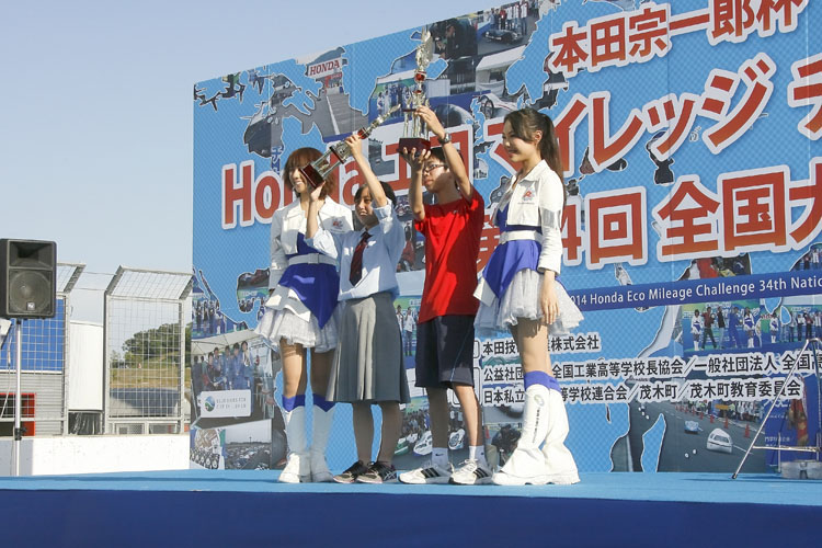 新人賞(グループI・IIで最高燃費記録を達成した初参加チーム )を獲得した「横浜市立希望が丘中学校 技術部A」と「関商工高校エコランプロジェクトII」 。中高生が全国から集まるので、16時前に閉会