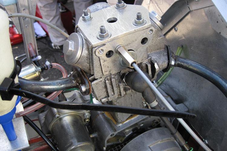 エンジンはツインプラグ化され、RS125用のイグニッションコイル、FTR用のCDIを2連装。燃料供給はキャブ