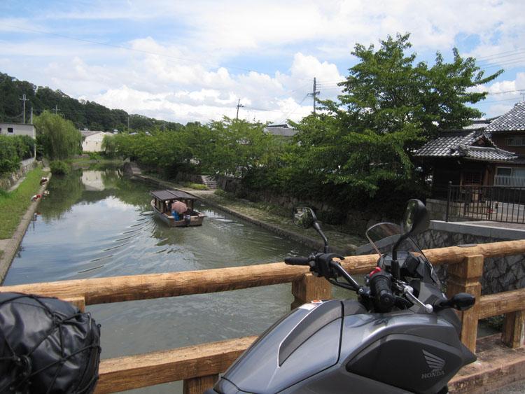 八幡掘りは小型の観光船で巡ることもできる