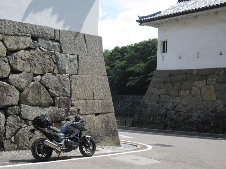 彦根城の桝形。今や道路がクランク状に通っている
