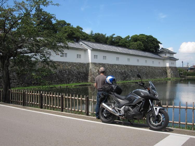 彦根城は石垣も建物もお堀も美しい立派。通りがかった女子高生にシャッターを依頼した