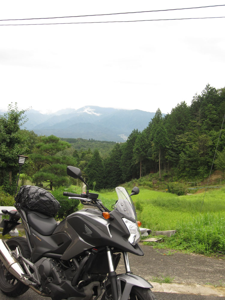 宿の庭から見える恵那山。19日朝、出発前