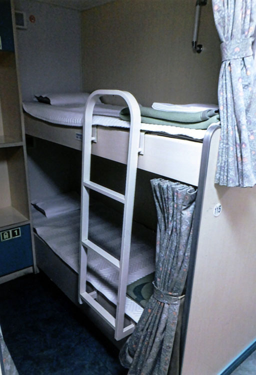 2等より少し高い、ツーリストBのベッド。カーテン閉めると個室になるから安心です
