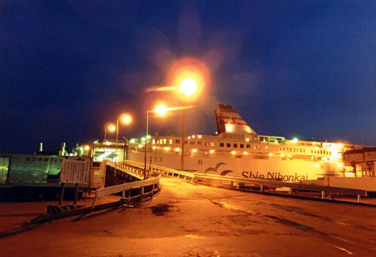 18時間の船旅を終え、小樽港に着岸。早朝4:30なんだけど以外と寒くなくて拍子抜け!?