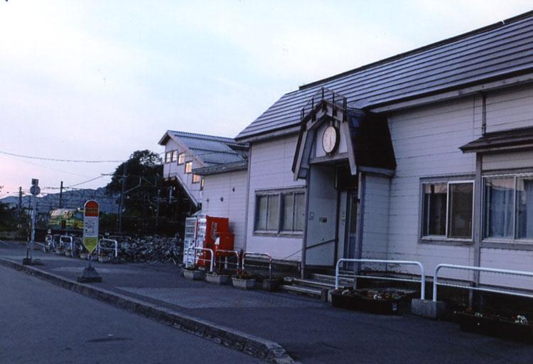 映画「駅STATION」の最初のシーンがココ。銭函駅だ。雪がないから,ただの駅にしか感じられないのが残念
