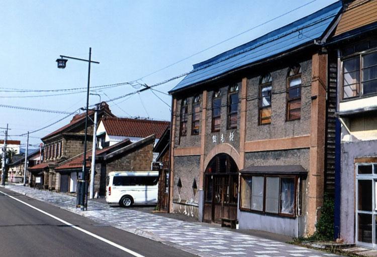 増毛の町には古い建物がいっぱい残っていたよ。これで雪が降ったら、いいカンジだよねェ